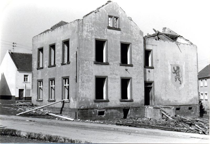 bilder_vom_abbriss_obere.alte.schule_erbaut1870_abgerissen1971 (2).jpg