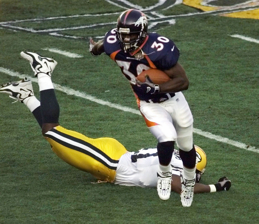 . Denver Broncos\' Terrell Davis gains yardage after eluding Green Bay Packers linebacker Brian Williams to set up the Broncos first touchdown during the first quarter of Super Bowl XXXII Sunday, Jan. 25, 1998, in San Diego. (AP Photo/Lenny Ignelzi)