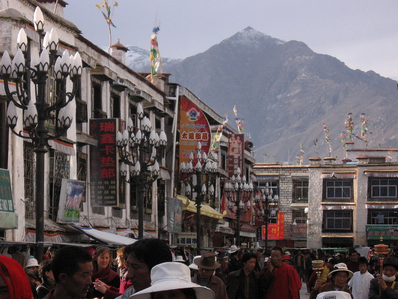 The scene along the Jokhang circuit