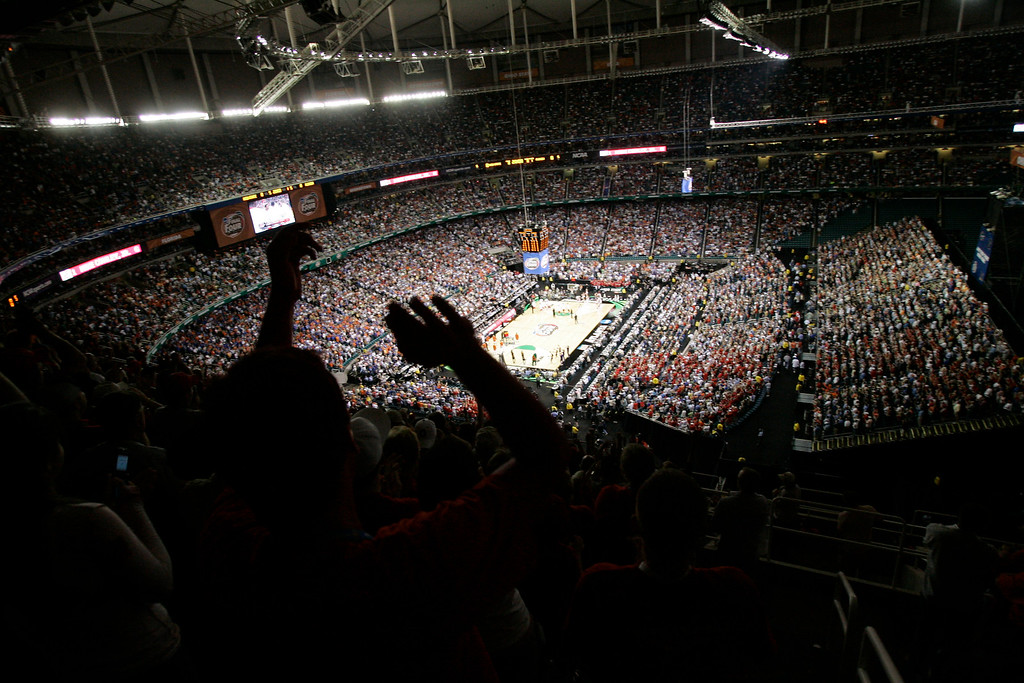 . Spectators applaud as Florida and Ohio State take to the court for the Final Four basketball championship game at the Georgia Dome in Atlanta, Monday, April 2, 2007. (AP Photo/Morry Gash)