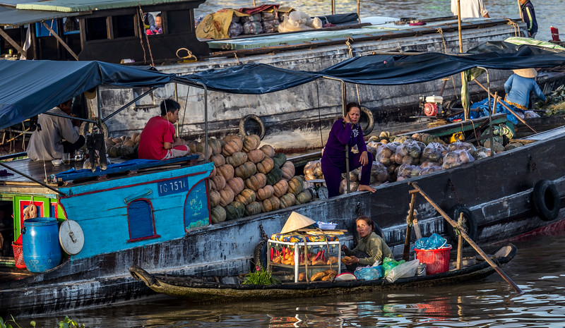 Floating wholesale market