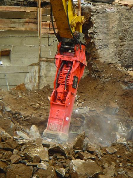 NPK GH23 hydraulic hammer on excavator (3).jpg
