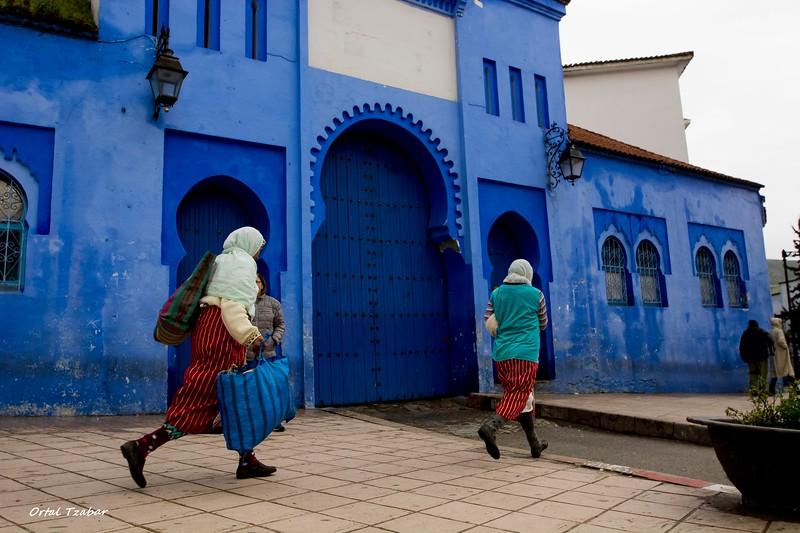 שפשאוון שתי נשים ליד הבניין.jpg