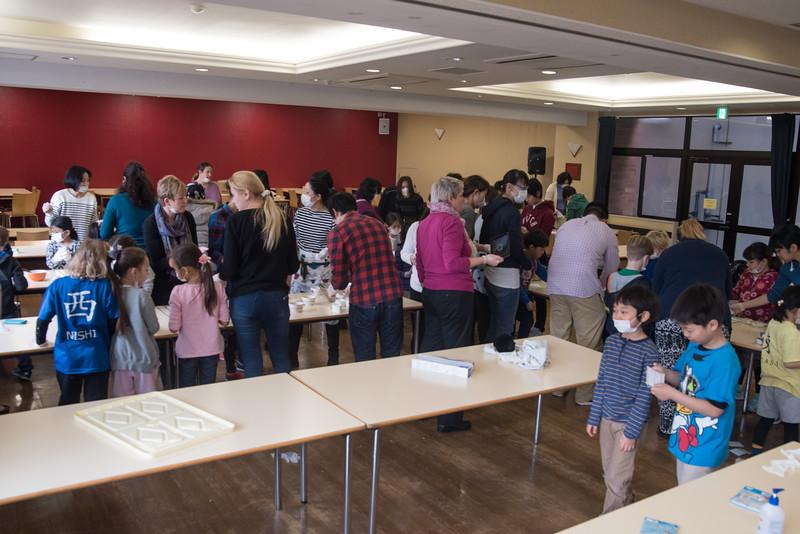 Grade 1 students help make onigiri for the Chiku Center.