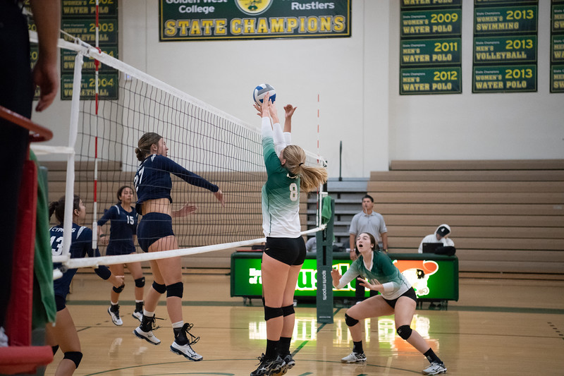 W-Volleyball-2018-10-03-6339.jpg