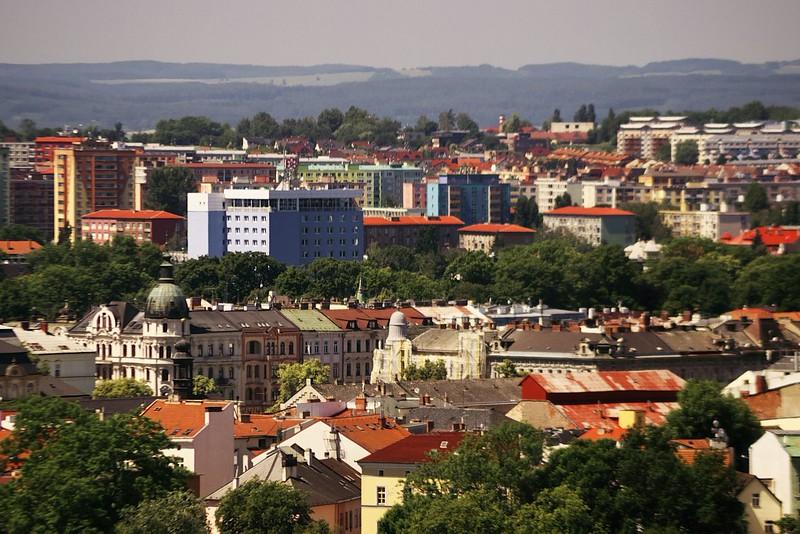 Modrá budove vlevo je hotel Flora, další z budov této akce