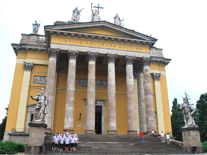 Team_in_front_of_Church_in_Eger.JPG