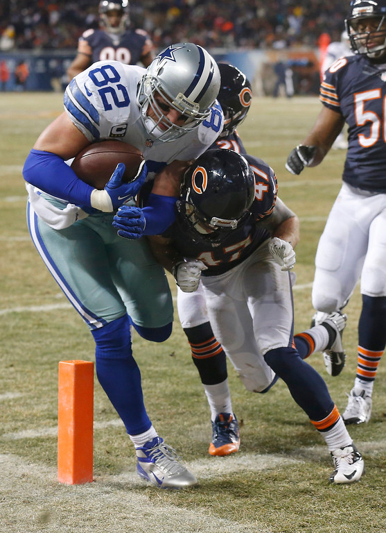 . Dallas Cowboys tight end Jason Witten (82) makes a touchdown run against Chicago Bears safeties Chris Conte (47) and Major Wright during the first half of an NFL football game, Monday, Dec. 9, 2013, in Chicago. (AP Photo/Charles Rex Arbogast)