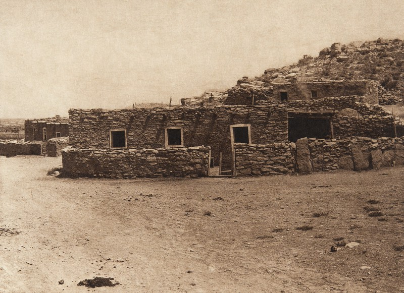 Zu–i village at Ojo Caliente (The North American Indian, v. XVII. Norwood, MA, The Plimpton Press,  1926)