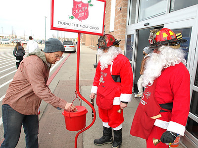 20171220 - Firefighter Santas ring bells for Salvation Army (HRB)