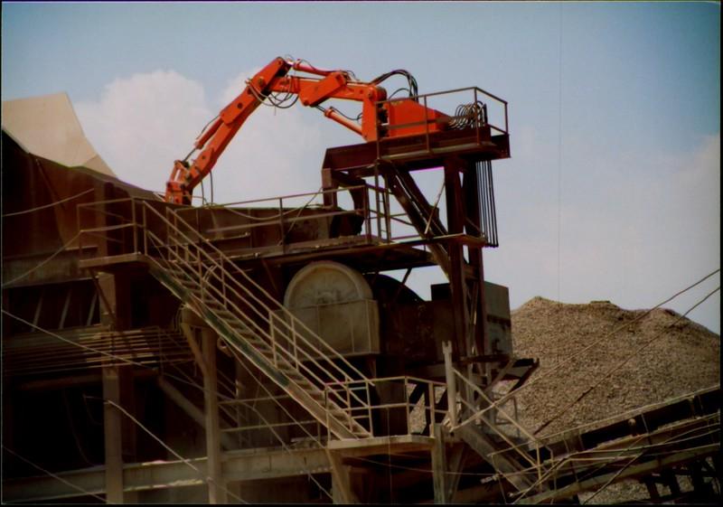 NPK B600 pedestal boom system-breaking bridged rock in quarry (Zanesville) 08-08-01 (1).JPG