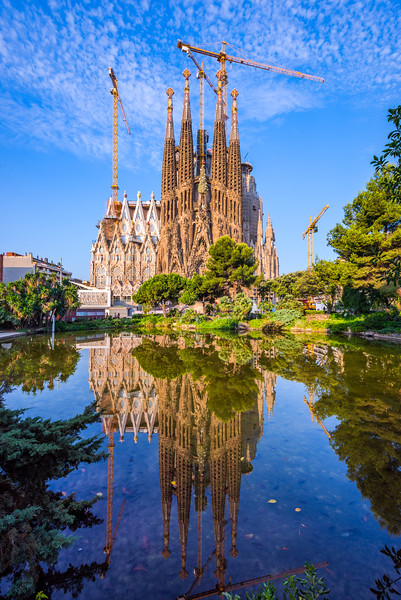 Sagrada-Familia-pond-day.jpg