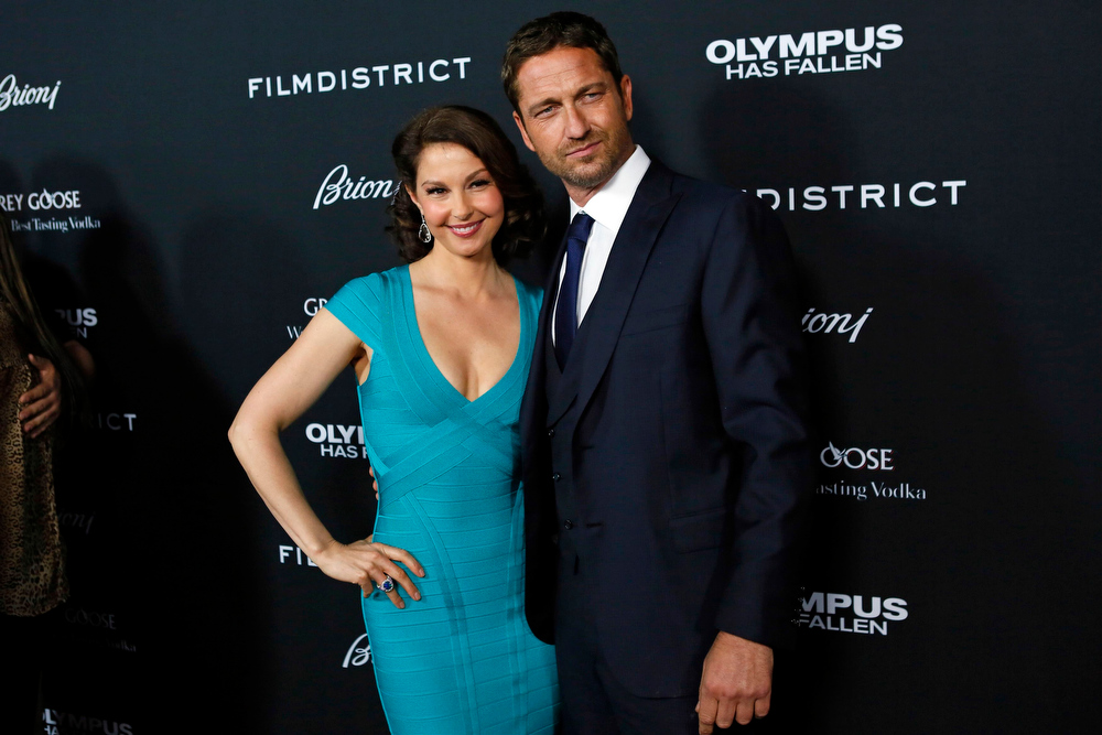 """. Cast members Ashley Judd (L) and Gerard Butler arrive at the premiere of the movie \""""Olympus Has Fallen\"""" at the ArcLight Cinema in Hollywood, California March 18, 2013. REUTERS/Patrick Fallon"""