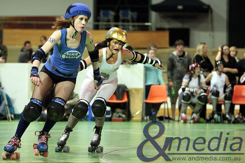 140810WARD1161 WA Roller Derby - Sonic Doom vs Electric Screams @ Midvale Speed Dome, 14th August 2010. Sonic Doom jammer Ophelia Terror and Electric Screams' jammer Smeg are neck and neck as they head towards the pack. Photo: TRAVIS ANDERSON - Andmedia ©2010.