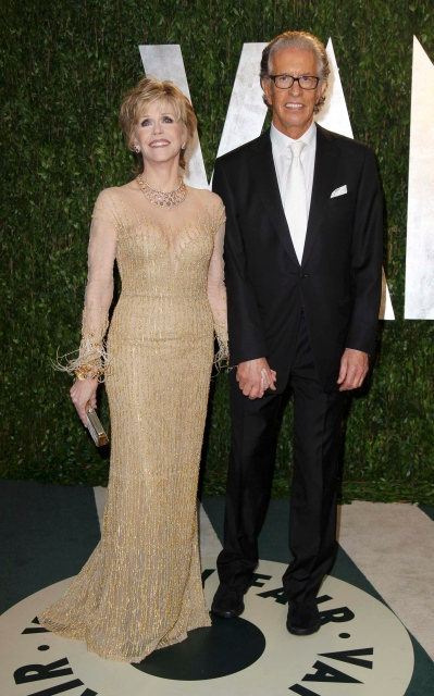 . Actress Jane Fonda and record producer Richard Perry arrive at the 2012 Vanity Fair Oscar party in West Hollywood, California February 26, 2012.  REUTERS/Danny Moloshok