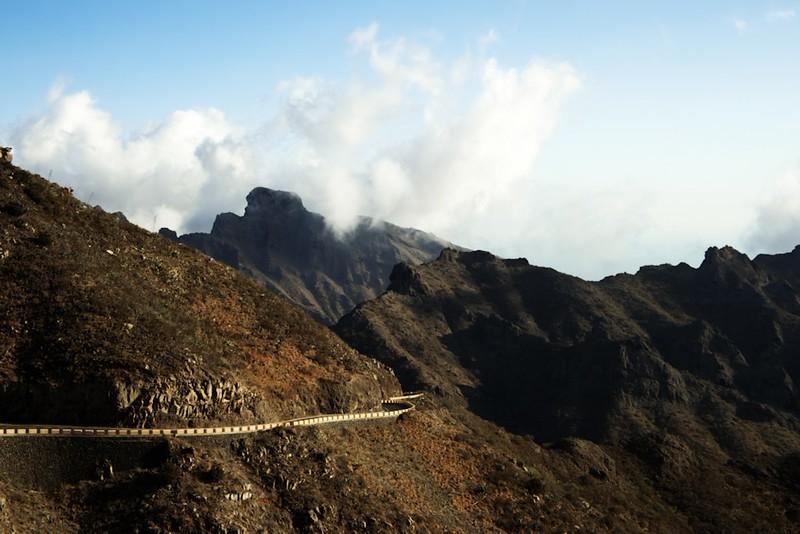 Ohlédnutí za Mascou z vyhlídky pod hřebenem pohoří Teno