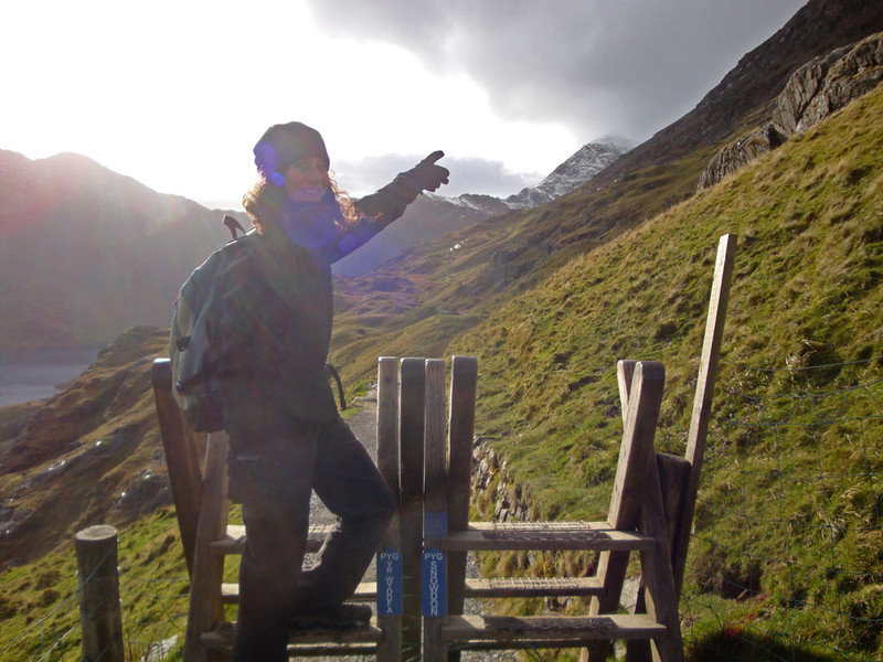 Jasmijn points towards the summit at the start of the Pyg Track.