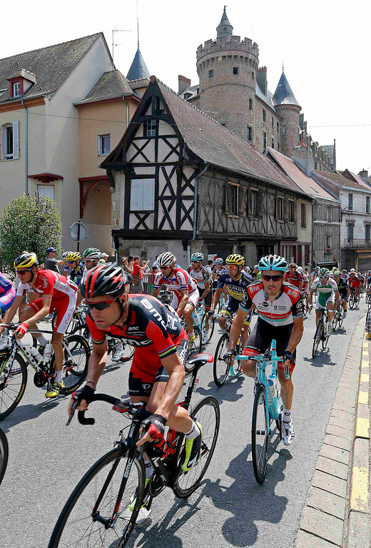 . The pack of riders including BMC team Cadel Evans (L) of Australia cycle during the 191 km fourteenth stage of the centenary Tour de France cycling race from Saint-Pourcain-Sur-Sioule to Lyon July 13, 2013.  REUTERS/Jean-Paul Pelissier