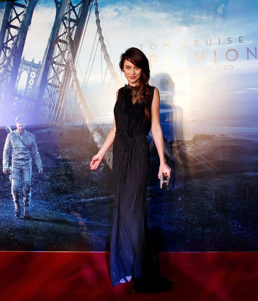 ". Ukrainian-born actress Olga Kurylenko poses on the red carpet before the world premiere of her movie ""Oblivion\"" in Buenos Aires March 26, 2013. REUTERS/Marcos Brindicci"