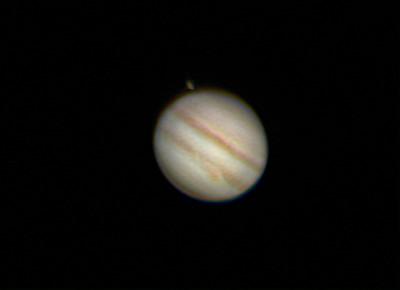 Ganymede vychází za kotoučkem Jupiteru. Vlevo Io, vpravo Europa. SkyWatcher 130/650, barlow 4x, webkamera MS Lifecam, stack cca. 2500 snímků. Olomouc 24.4.2013 21:50.