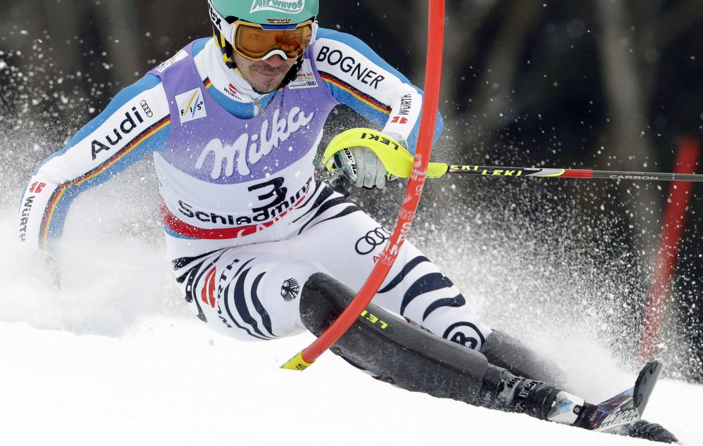 Description of . Germany's Felix Neureuther clears a gate during the first run of the men's slalom, at the Alpine skiing world championships in Schladming, Austria, Sunday, Feb.17, 2013. (AP Photo/Luca Bruno)