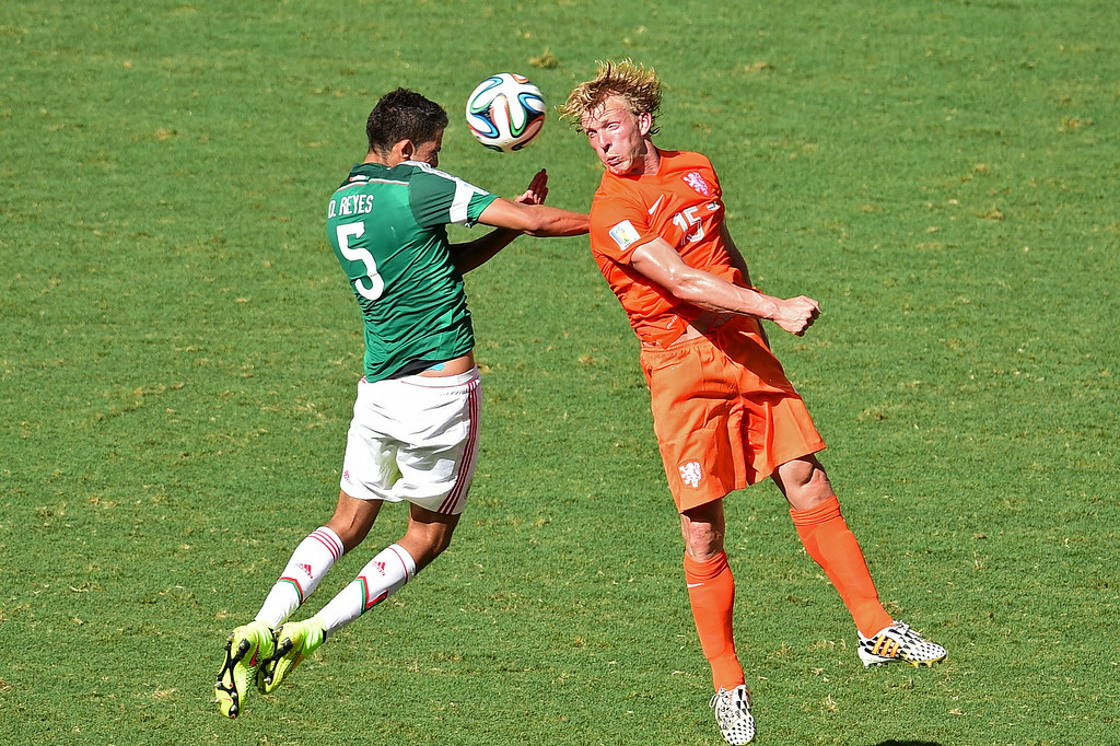 . Netherlands\' forward Dirk Kuyt (R) and Mexico\'s defender Diego Reyes vie for the ball during a Round of 16 football match between Netherlands and Mexico at Castelao Stadium in Fortaleza during the 2014 FIFA World Cup on June 29, 2014. AFP PHOTO / JAVIER SORIANO