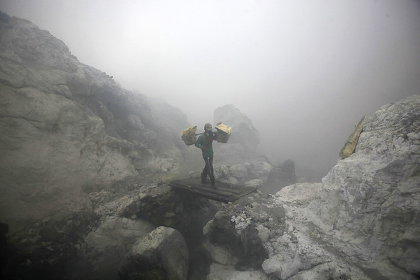 2016-05-04 Sulfur miners in Indonesia