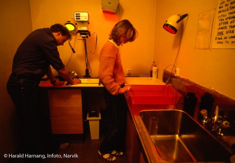 Studentenes fotolaboratorium, til bruk for fotoklubben på skolen. Narvik ingeniørhøgskole. Bilde tatt til slides-serie for å promotere skolen i ulike sammenhenger.