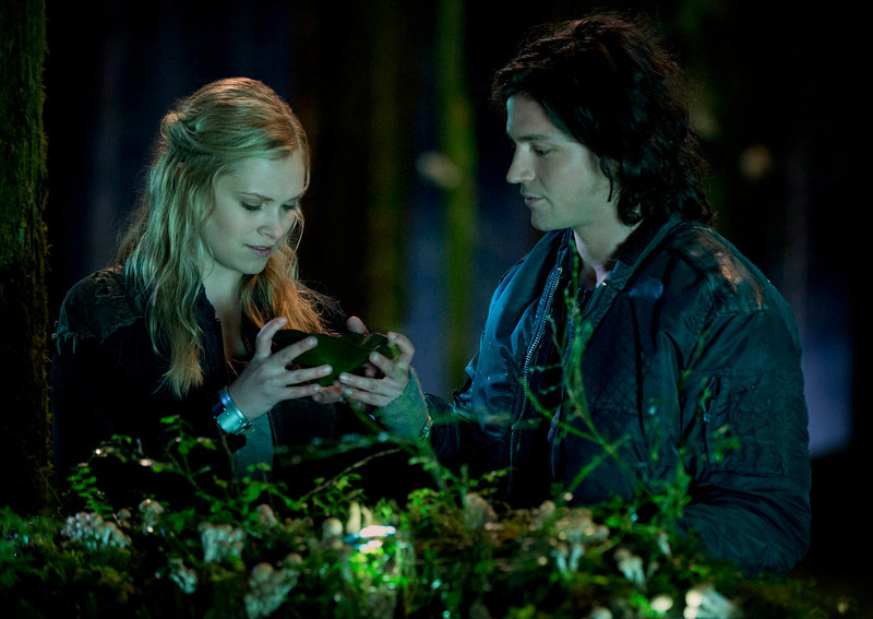 . The 100 -- Pictured (L-R):  Eliza Taylor as Clarke, and Thomas McDonell as Finn (Photo by Cate Cameron/The CW)