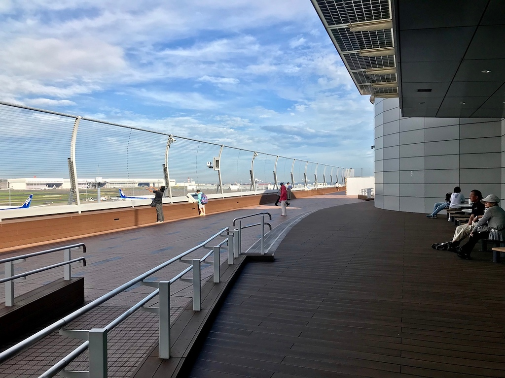 An excellent view from the seats at the Haneda Airport international terminal observation deck.