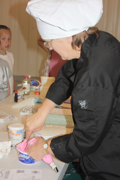 Mid-Week Adventures - Cake Decorating -  6-8-2011 104.JPG