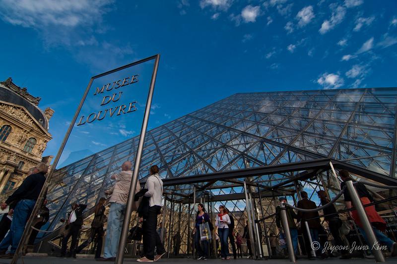 Musee du Louvre Pyramid Paris-5841.jpg