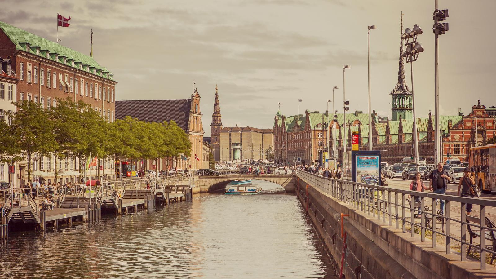 丹麦哥本哈根,岸边的游艇很养眼