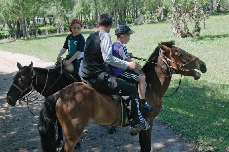 Unser Führer für den Ausflug auf den Pferden hatte seinen kleinen Sohn dabei. Er kann natürlich auch schon alleine reiten.