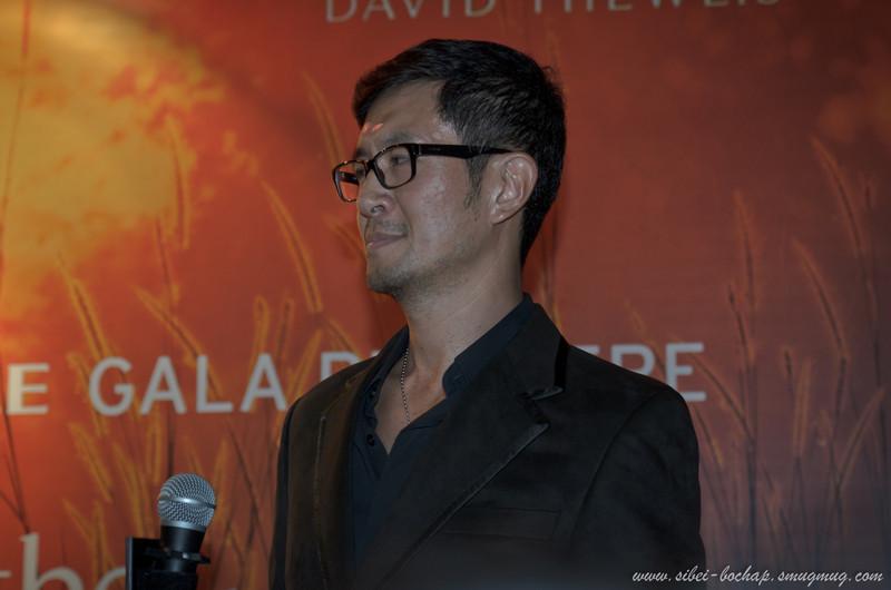 Adrian Pang dio-ing someone