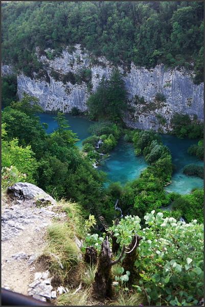 Zpáteèní cesta k bránì parku vede po horní hranì kaòonu, ve kterém jezera leží. Èím dále po proudu, tím hlubší je - na zaèátku je voda v podstatì na úrovni okolní krajiny.