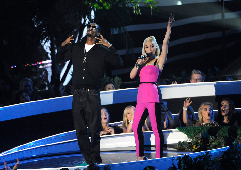 . Snoop Dogg, left, and Gwen Stefani present an award for best female video at the MTV Video Music Awards at The Forum on Sunday, Aug. 24, 2014, in Inglewood, Calif. (Photo by Chris Pizzello/Invision/AP)