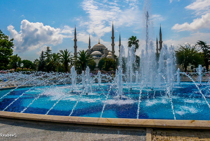 daylight fountain infront mosque.jpg