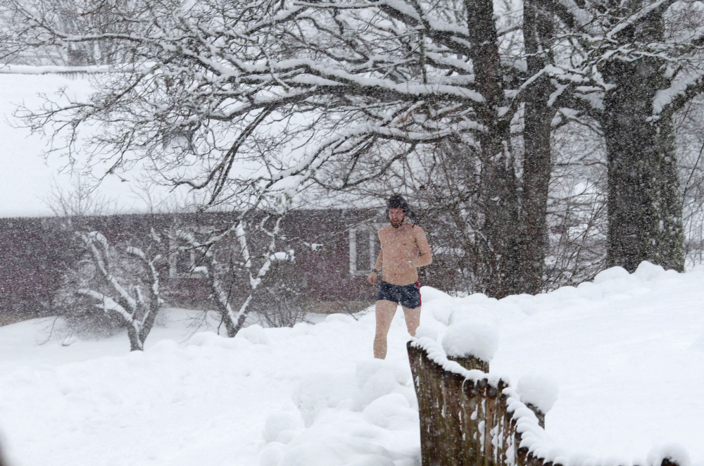 . A man runs to the sauna during the European Sauna Marathon in Otepaa February 10, 2013. More than 600 participants took part in the event by visiting 20 saunas with a total distance of over 100 km (62 miles). Picture taken February 10, 2013.  REUTERS/Ints Kalnins (ESTONIA - Tags: SOCIETY)