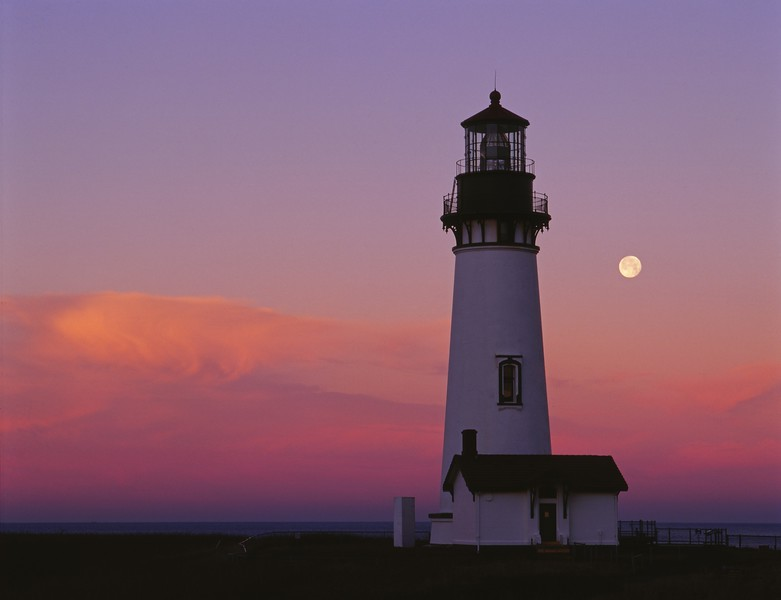 Yaquina Lthouse moonset sf.jpg