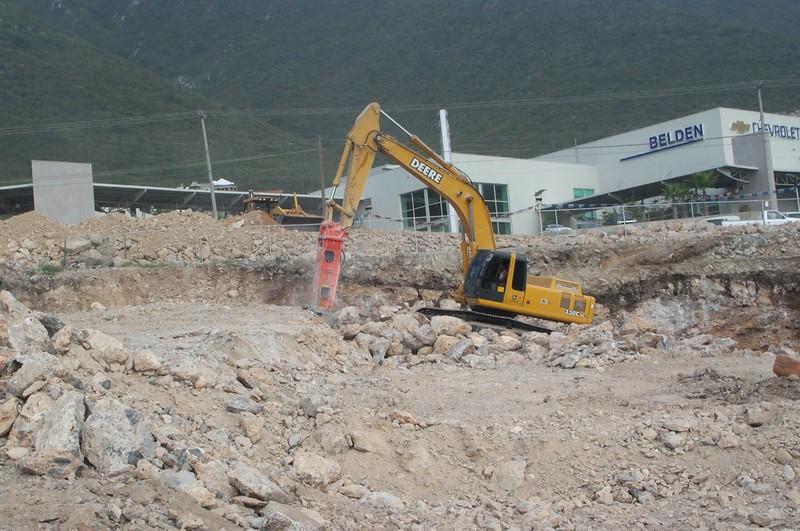 NPK E225 hydraulic hammer on Deere excavator (4).jpg