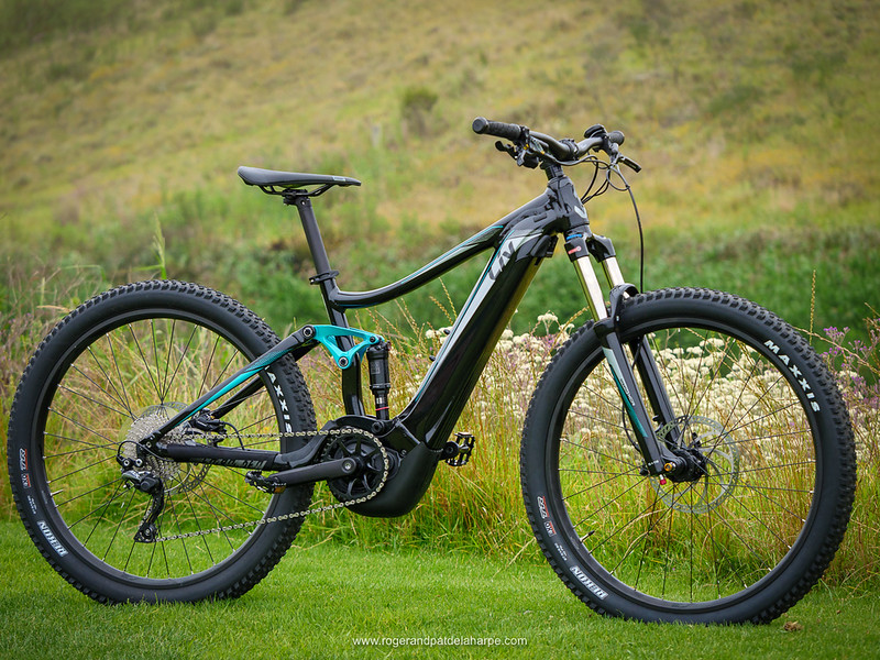 Gorgeous in gloss black, the teal accents bring out its feminine side.