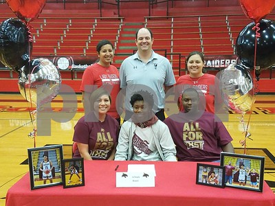 tyler-lees-jakayla-bowie-signs-for-basketball-with-texas-state
