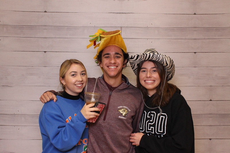 Oaks_Christian_Senior_Lounge_Friendsgiving_Individuals_00002.jpg