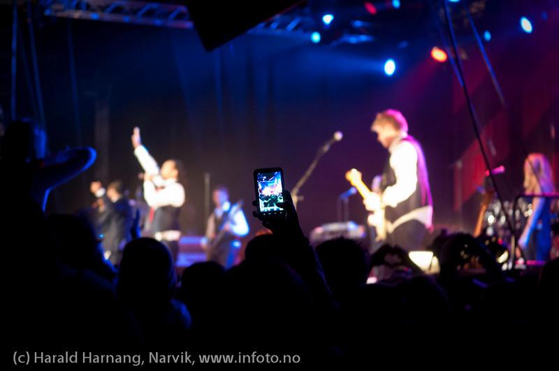 26.3.2011: Konsert på Nordkraft Arena med Madcon. Mange filmet med sine mobiltelefoner.