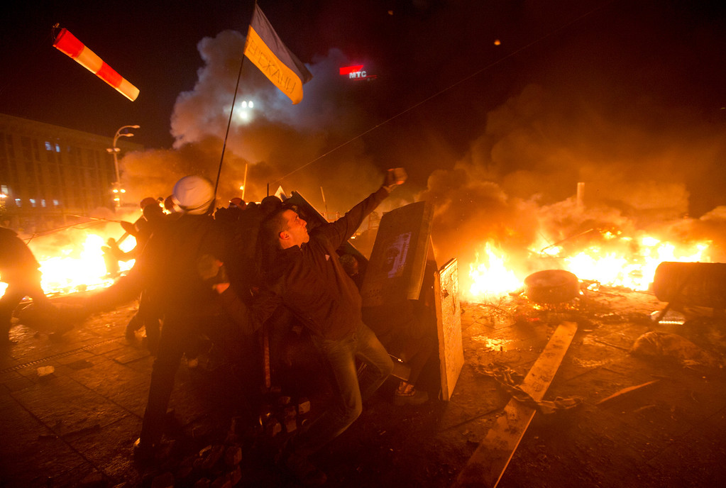 . Anti-government protesters clash with riot police in Kiev\'s Independence Square, the epicenter of the country\'s current unrest, Kiev, Ukraine, Tuesday, Feb. 18, 2014.  (AP Photo/Efrem Lukatsky)