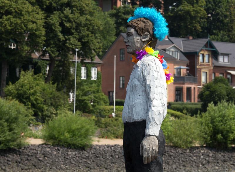 Der Mann aus Holz in der Elbe