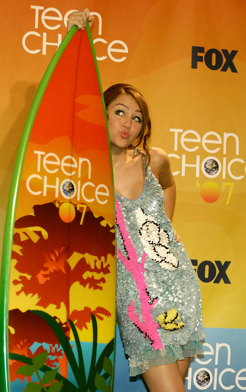 . Miley Cyrus poses with the choice TV actress in a comedy award for her work in �Hannah Montana� at the Teen Choice Awards in Universal City, Calif., on Sunday, Aug. 26, 2007.  (AP Photo/Chris Pizzello)