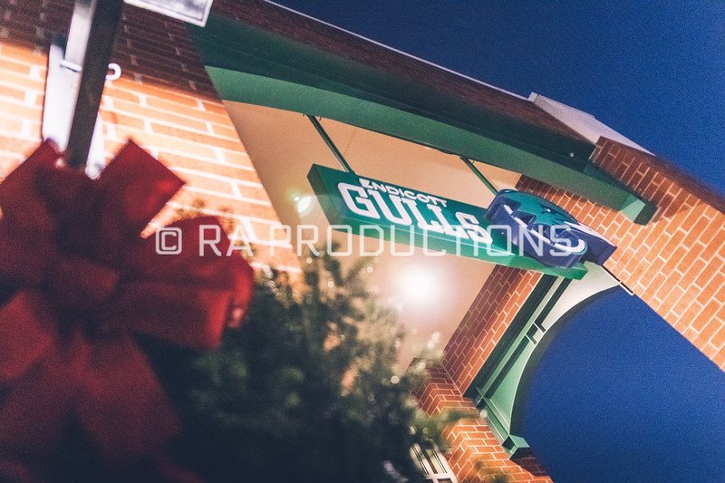 12042018_RAC_Campus-Wreaths-20.jpg
