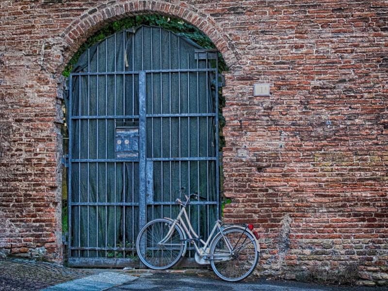 Bike against wall Italy (2).jpg